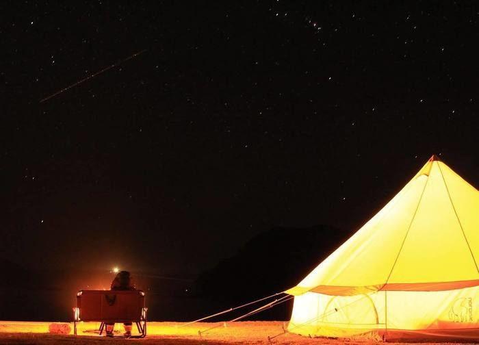 暗闇とテントの灯り