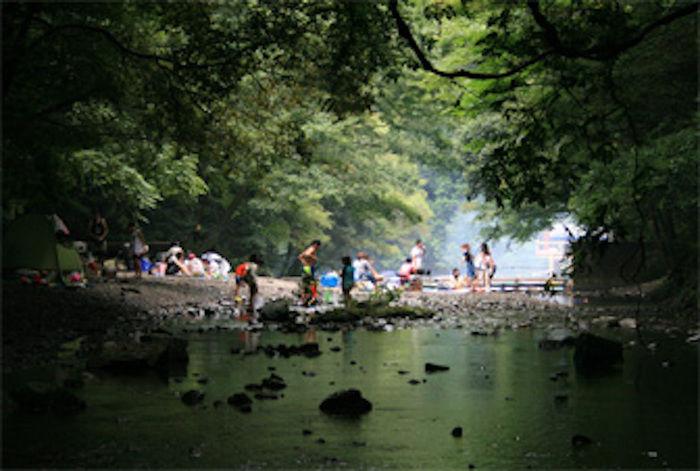 自然休養村 滝畑湖畔観光・光滝寺キャンプ場 川で遊ぶ人々