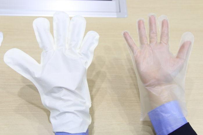 GORE-TEXファブリクスの手袋とビニールの手袋を片手ずつにはめた手