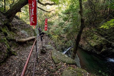 渓流沿いの山道