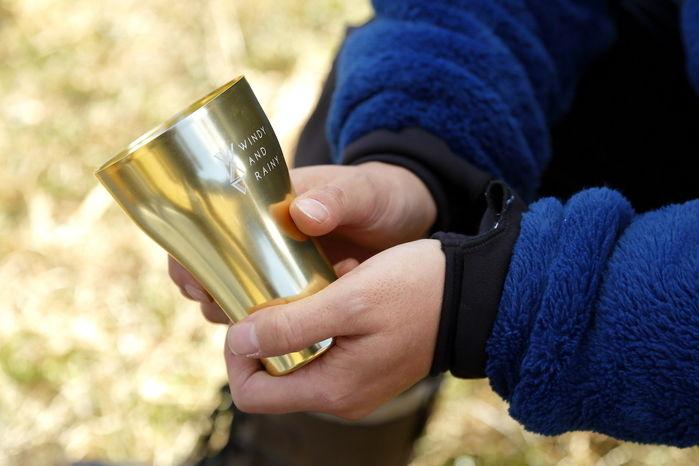 グラスを持つうたパパさんの手