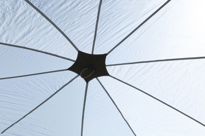 タープの真ん中から放射線状に広がるデザイン