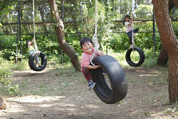 茅ヶ崎市柳島キャンプ場 タイヤの遊具で遊ぶ子ども