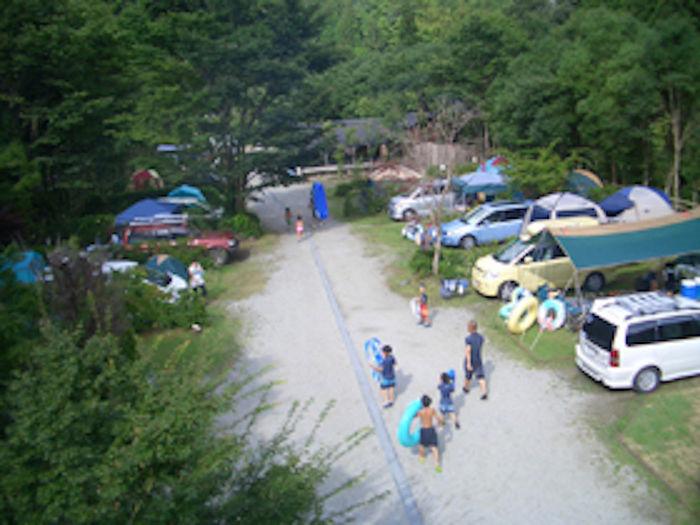 みよしのオートキャンプ場 水遊びに向かう人々
