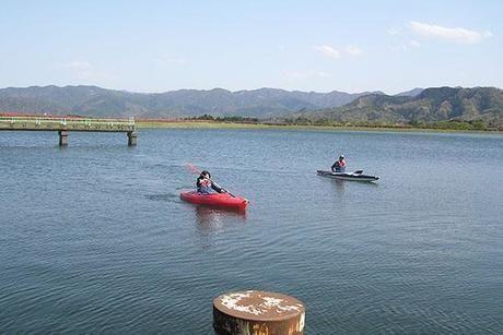 大山池野営場の湖でカヌーをする人