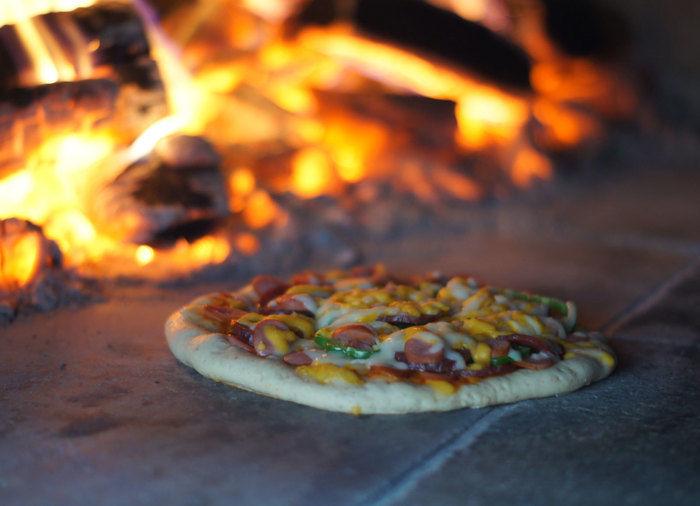 有野実苑オートキャンプ場で採れた野菜を使ったピザを作る様子