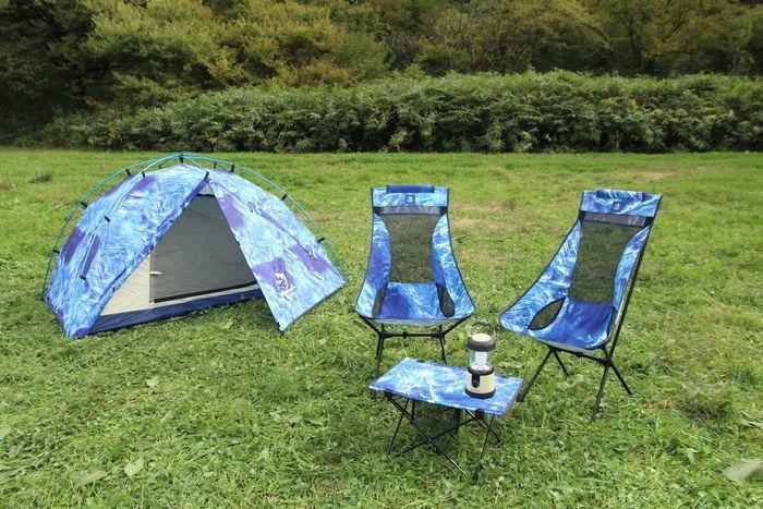 青いテントと椅子と机の上に乗ったランタン