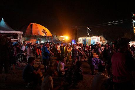 夜にテントの場所取りをする人たち