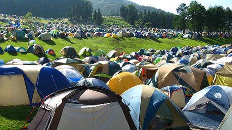 テントが敷き詰められたフリーサイト