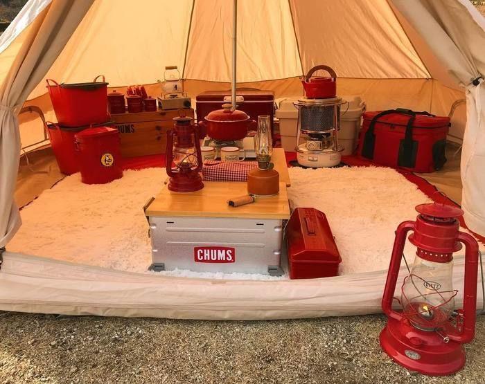 自作した天板でのキャンプのテント内の様子
