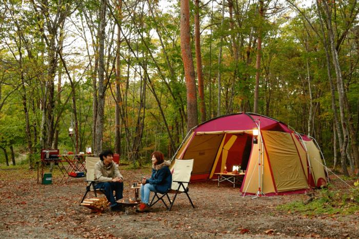 コールマンのアイテムを使ってキャンプを楽しむ男女