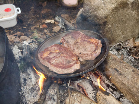 鍛造フライパンで焼き上げるステーキ