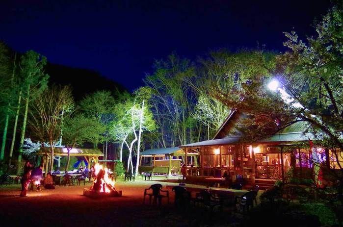 ライトアップされたナラ入沢渓流釣りキャンプ場