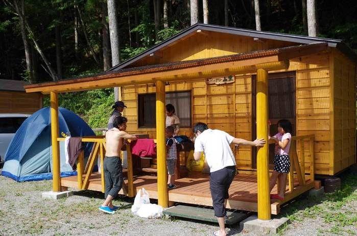 ナラ入沢渓流釣りキャンプ場のバンガローを使う親子
