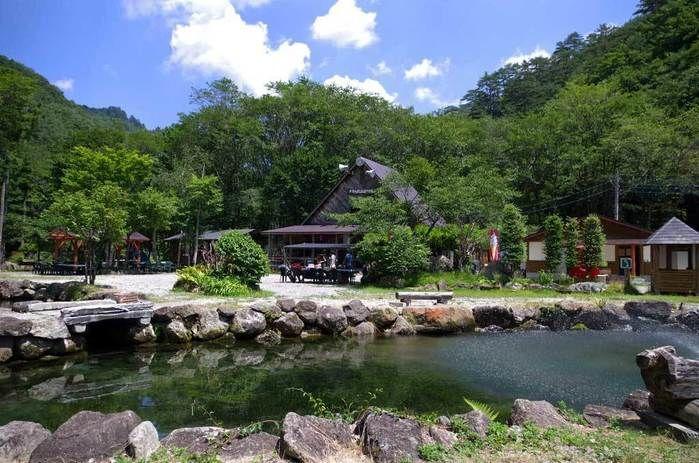 ナラ入沢渓流釣りキャンプ場の施設周辺の様子