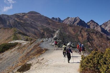 八方尾根の登山コースを登る人
