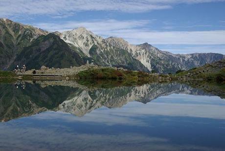 八方池の湖面に映る白馬連峰