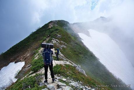 岩道を登山する様子