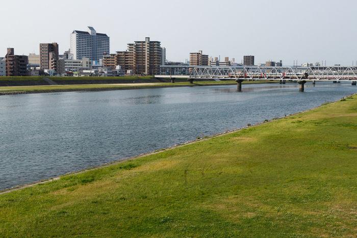 川沿いの土手の写真