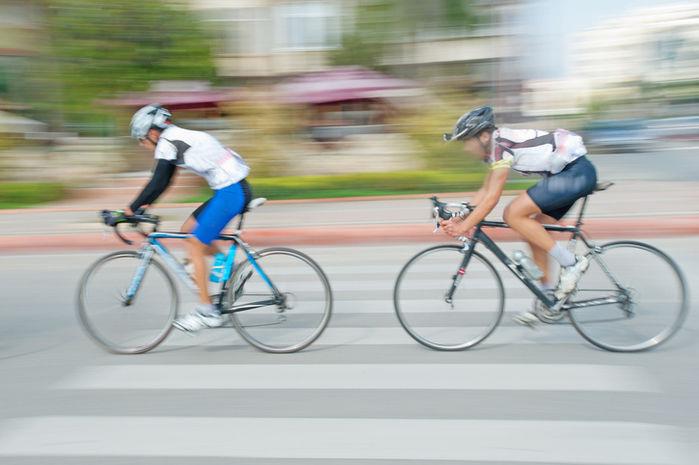 自転車に乗っている2人