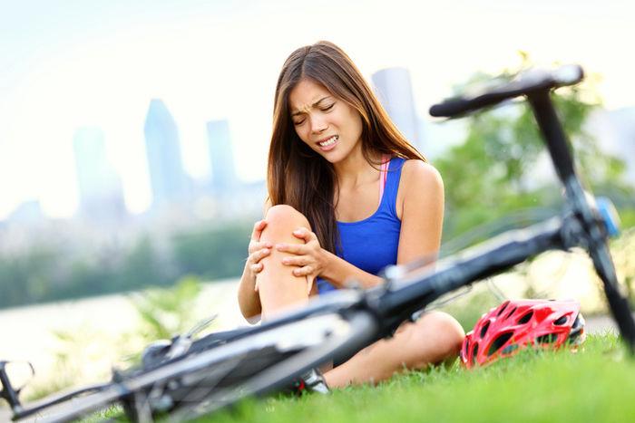 自転車で転んでしまった女性