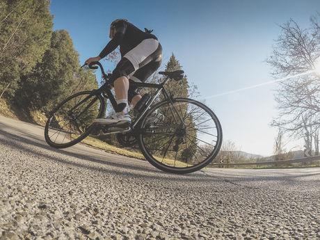 自転車に乗っている人