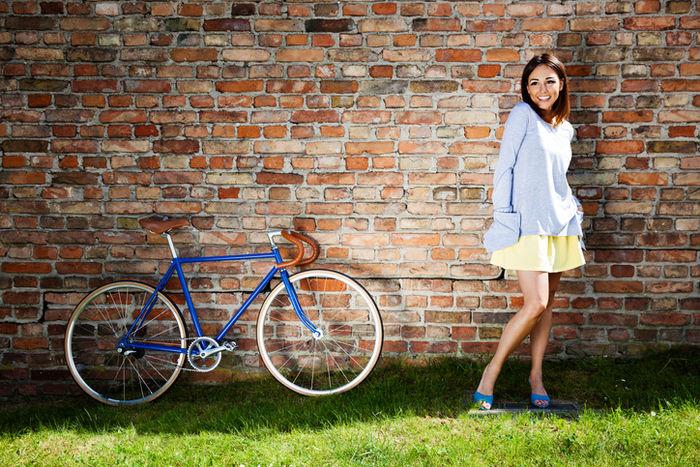 自転車の横に立っている女性