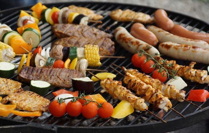 肉や野菜をバーベキュー網で焼いている様子
