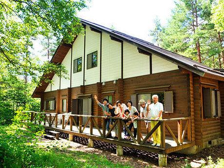 松原湖高原オートキャンプ場のコテージから手を振る人たち