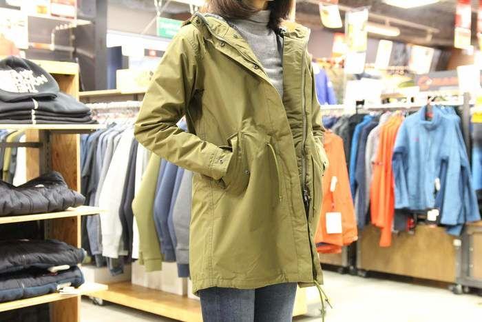 ノースフェイス フィッシュテールトリクライメートコートを羽織る女性