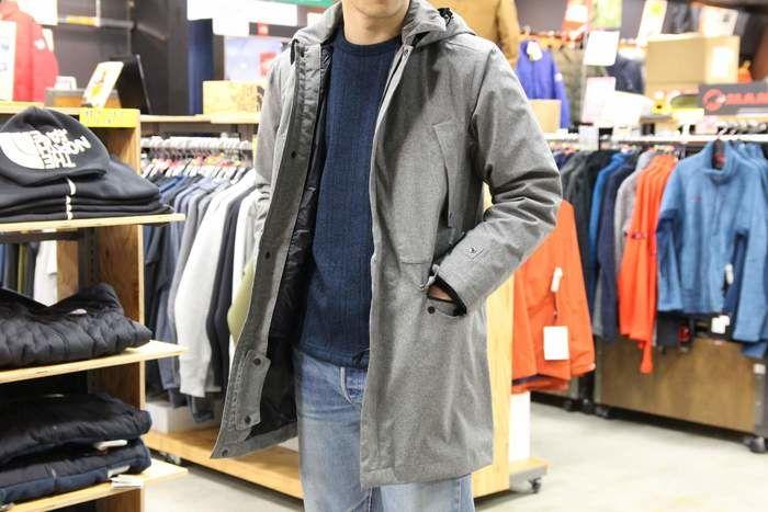 フォックスファイヤー アーバントレック3WAYコートを羽織る男性
