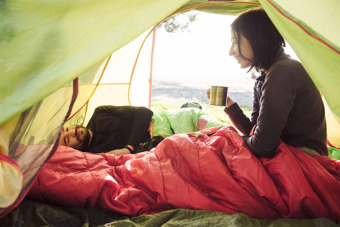 テントの中でくつろぐ女性