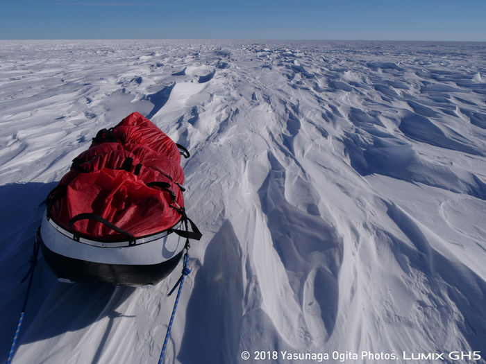 南極の雪の上に置かれた荷物