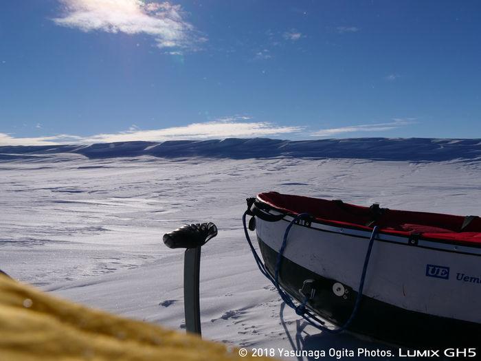 青空が広がる南極の景色