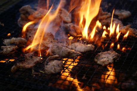 BBQコンロで肉を焼く様子