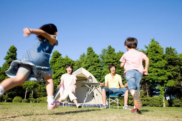 キャンプ場で子供が親に向かって走っている