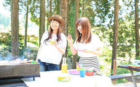 六甲山カンツリーハウスでBBQをする女性たち