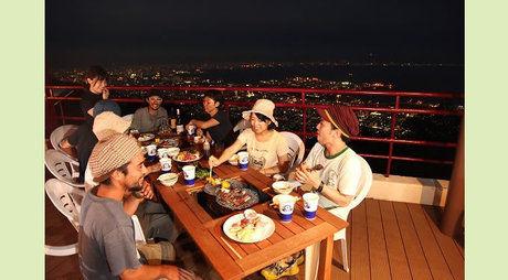 摩耶ビューテラス702 で食事をする男女グループ