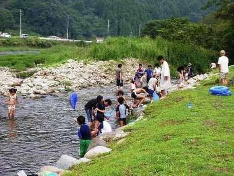 南光自然観察村で川遊びをする親子