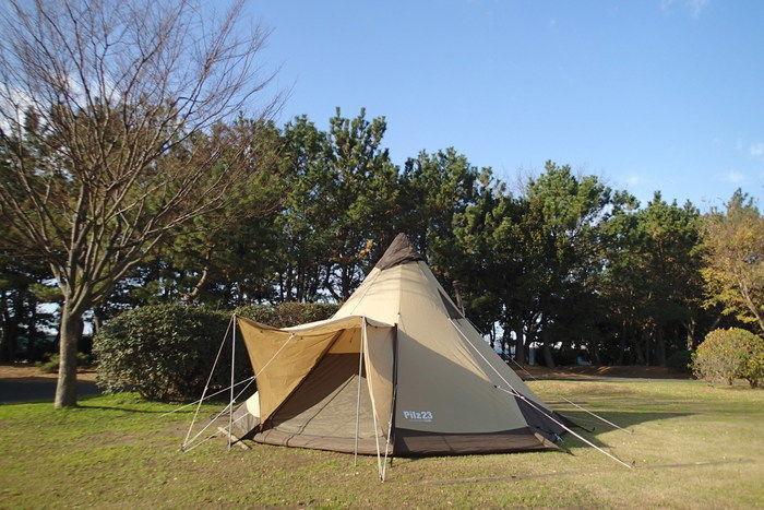 芝生の上に貼ってあるテントの写真