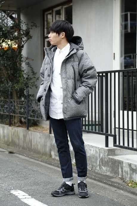 ホールアースのダウンジャケットを着る男性