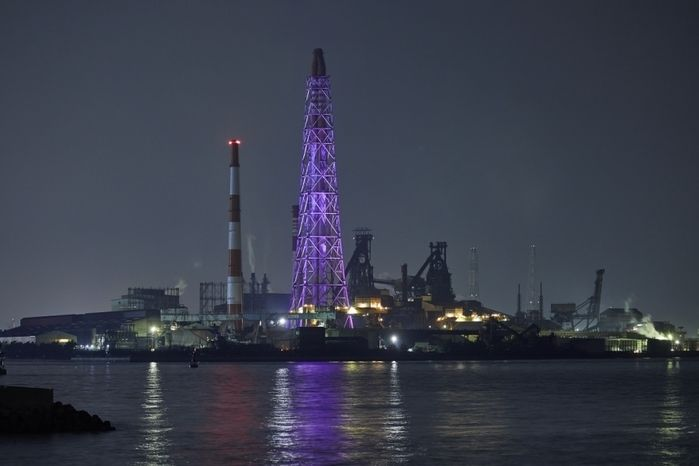 ライトアップされた新日鐵住金小倉製鐵所の煙突