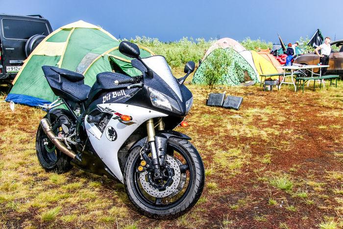 テントの前にバイクが止まっている