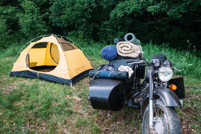 バイクとテントの写真