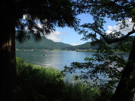 木崎湖キャンプ場のキャンプサイトから見える木崎湖