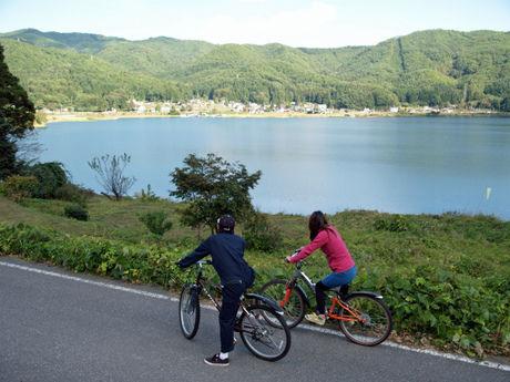 木崎湖 POW WOWでサイクリングをする子供達