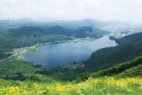 山から見える湖の景色