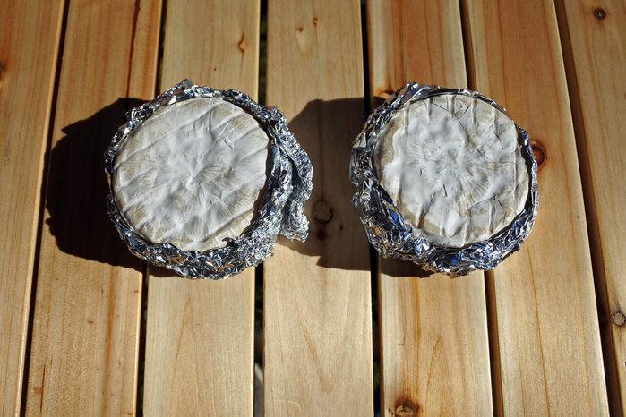 アルミホイルに包まれたカマンベールチーズ