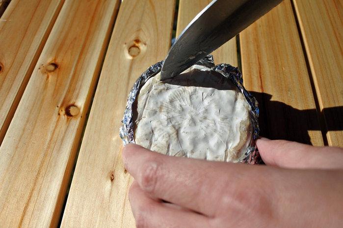 カマンベールチーズに切れ込みを入れる様子