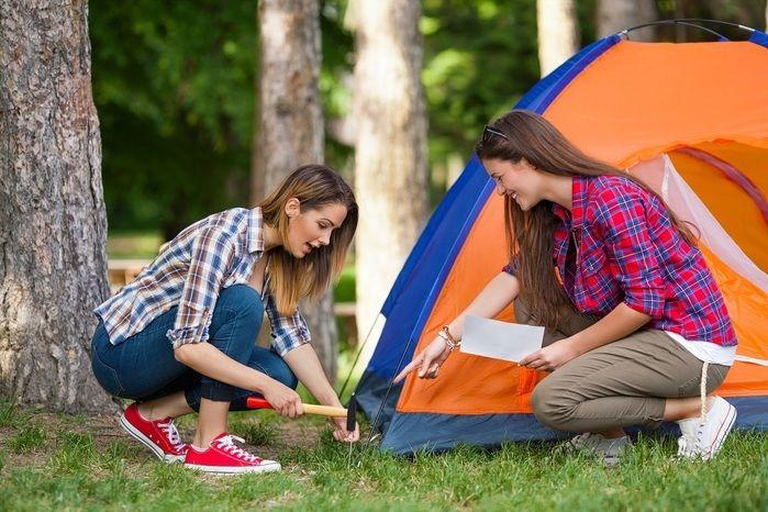 テントを設営する男女